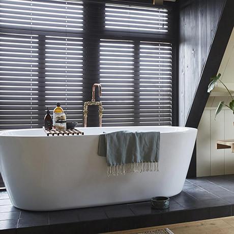houten jalozieen badkamer
